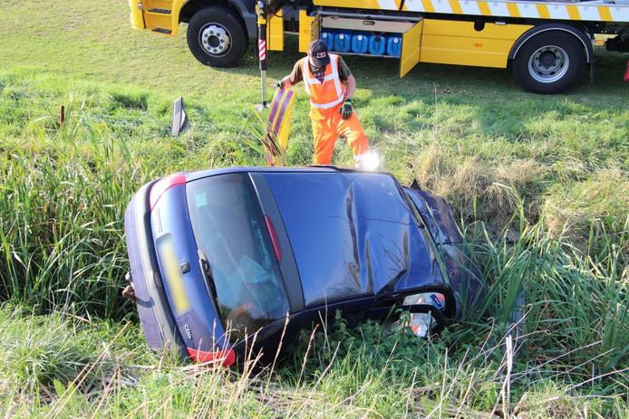 De auto reed van de dijk en belandde in de sloot.