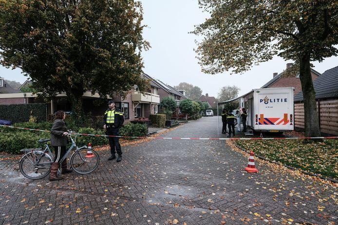 De Julianalaan in Hengelo waar het familiedrama plaatsvond is afgezet.