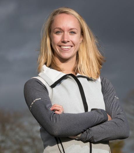 Eva Hovenkamp neemt het op tegen haar estafetteteam op NK Indoor