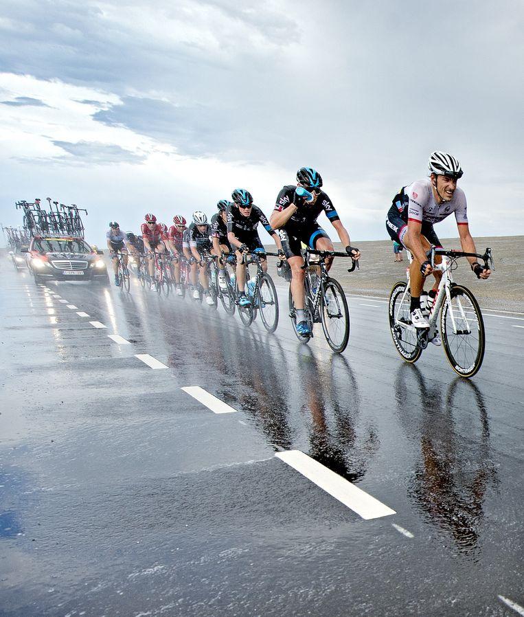 Eerste etappe van de Tour. Het peloton wordt op de Brouwersdam richting Neeltje Jans getroffen door noodweer. Beeld Klaas Jan van der Weij