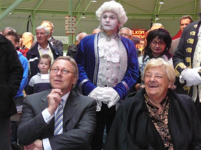 Burgemeester Peter den Oudsten van Enschede en Erica Terpstra hebben pret bij de openingsceremonie. Foto: Dolf Ruesink
