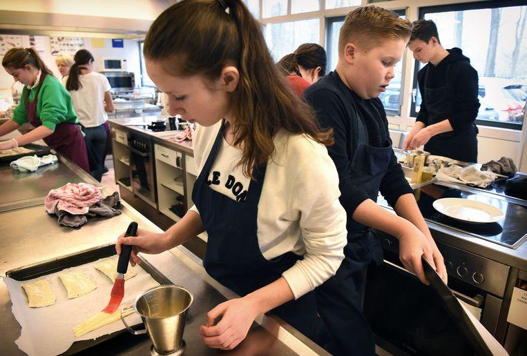 Leerlingen op de vmbo-afdeling van 2College Durendael in Oisterwijk krijgen les in koken en bakken. Beeld null