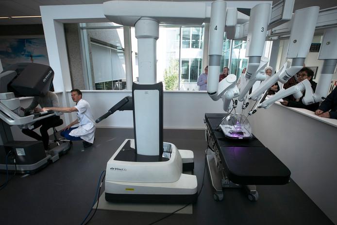 Tijdens de RobotXperience in het Catharina Ziekenhuis mogen belangstellenden zelf aan de joysticks zitten. Links chirurg Misha Luyer.