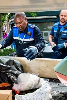 Extra handhavers speuren naar adressen van vervuilers in afvalzakken: 'Iedereen doet het'
