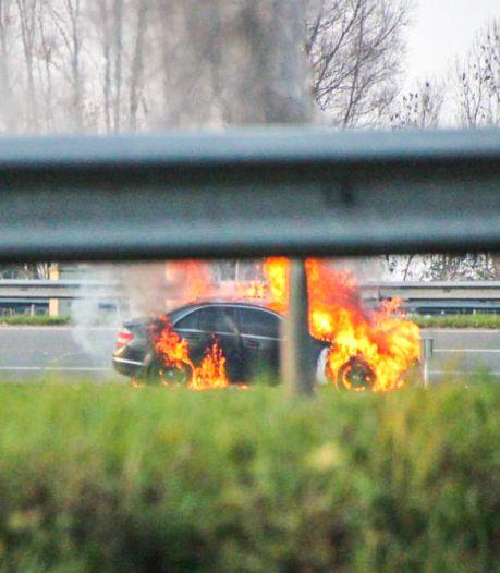 Auto vliegt in de fik op de snelweg bij Houten