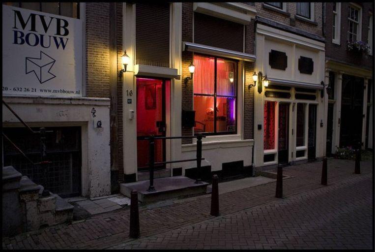 Raamprostitutie gaat binnenkort verdwijnen in de Bergstraat in Amsterdam. Foto Parool/Amaury Miller Beeld