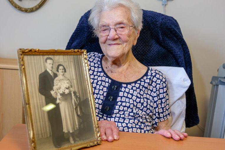 Elisabeth De Proost met een foto van haar huwelijksdag met haar grote liefde Louis.