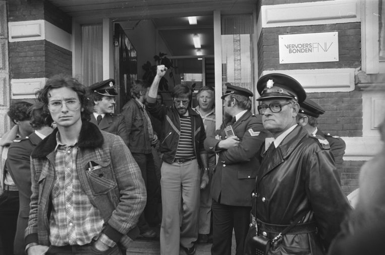 Demonstratietocht van stakende havenarbeiders en sleepbootpersoneel langs werkgevers en vervoersbonden FNV; een delegatie verlaat het gebouw van de vervoersbonden FNV. Beeld Nationaal Archief