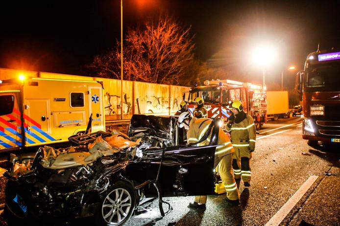 De bestuurder van een taxi botste even na half acht op de N3 op een vrachtwagen, ter hoogte van de afslag Sterrenburg.
