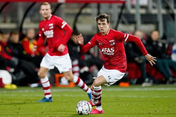 Hakon Evjen als invaller aan de bal namens AZ tegen RKC Waalwijk.