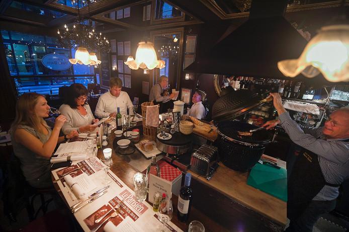 Bij restaurant Vieux Paris kan je gerechten in het Frans bestellen.