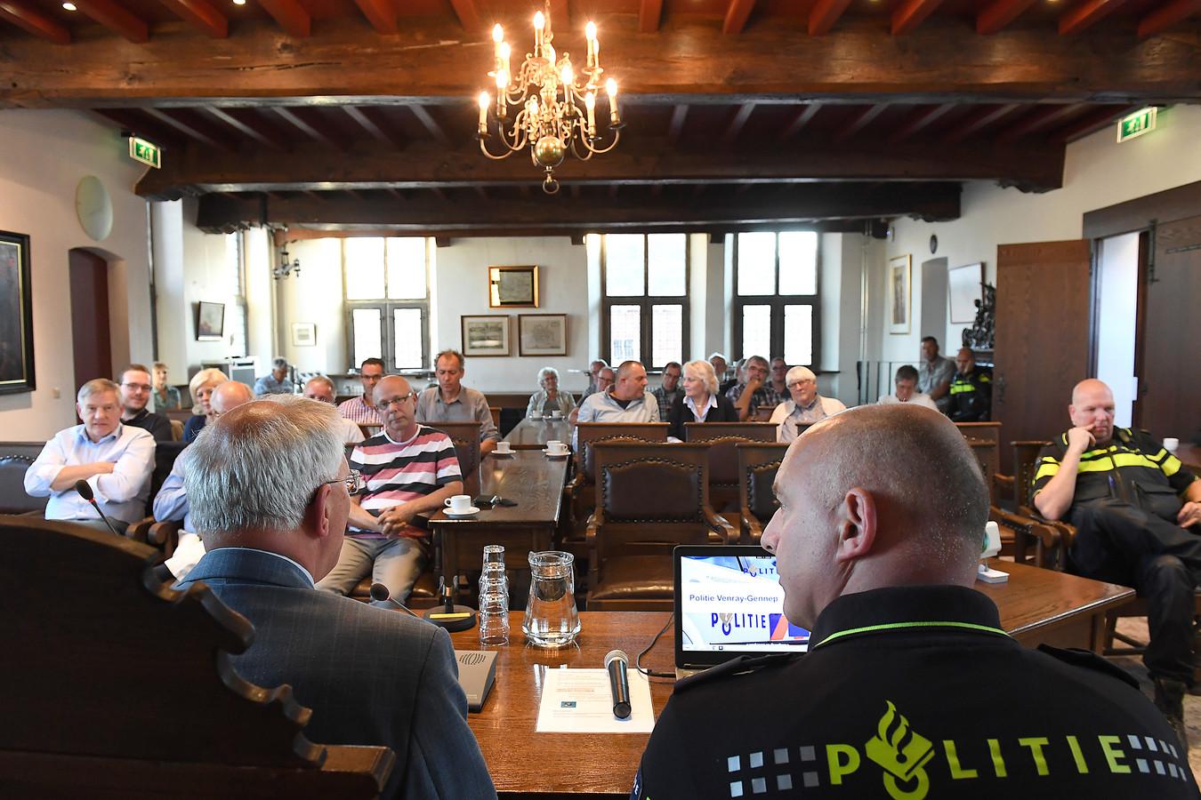 Burgemeester Peter de Koning (links) tijdens een informatieavond over de sluiting van het politiebureau in Gennep.
