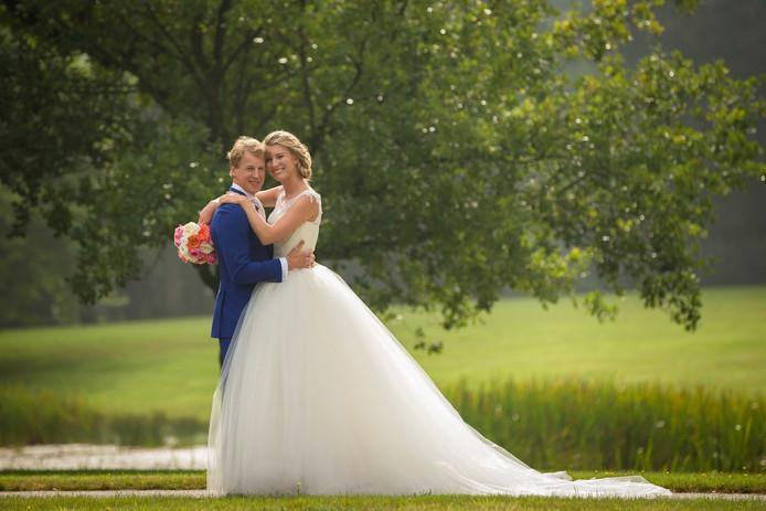 Turner Epke Zonderland poseert met zijn vrouw Linda voor een trouwfoto.