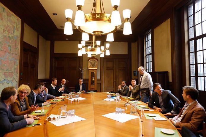 Fractievoorzitters en burgemeester Ahmed Aboutaleb bijeen in het Rotterdamse stadhuis voor een bijeenkomst, een dag na de gemeenteraadsverkiezingen.