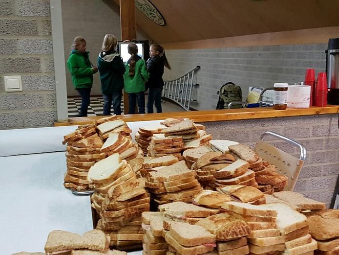 De lunch ligt klaar terwijl de scouts hun QR-code scannen voor het volgende progammaonderdeel.