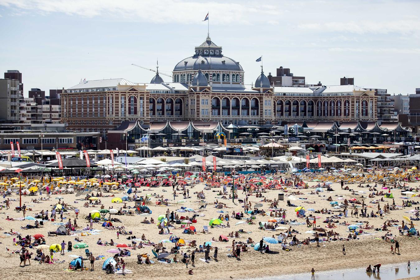 Badgasten op het strand van Scheveningen.
