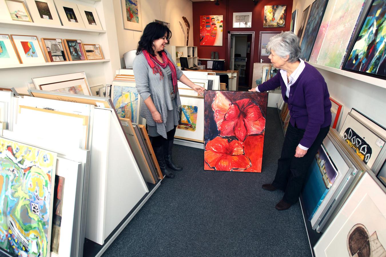 Bij Arthotheek 18 is een ruime keuze uit kunstwerken die gehuurd kunnen worden. Desgewenst helpen medewerkers in het maken van de keuze.