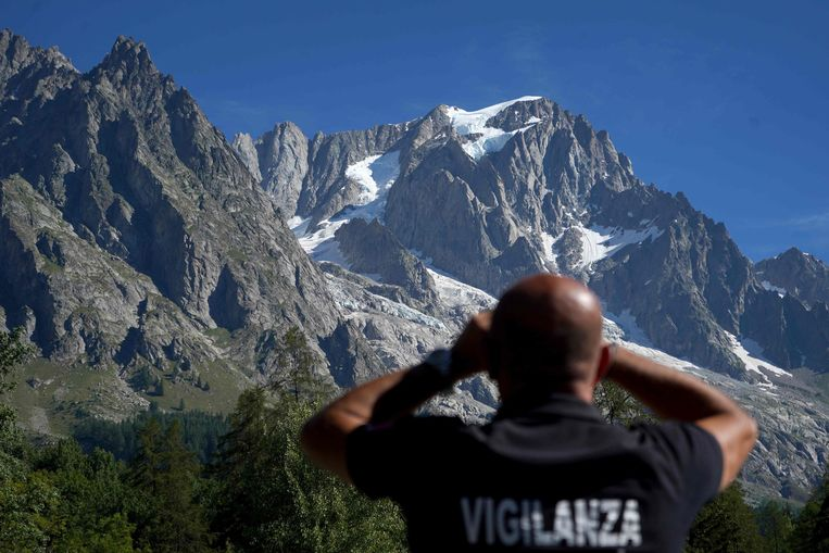 Een veiligheidsfunctionaris houdt de Planpincieux gletsjer in de gaten.