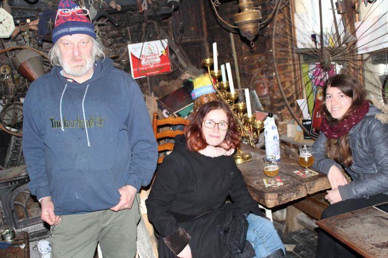 Uitbater Lieven De Vos naast twee (tevreden) toeristes.
