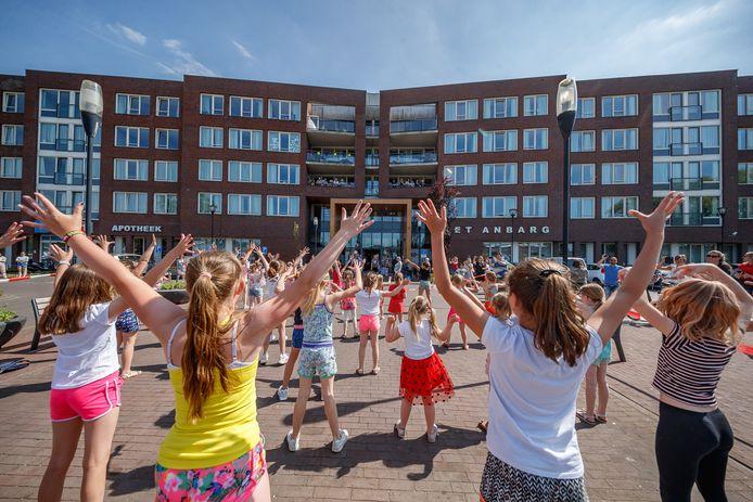 Kinderen dansen voor ouderen in Etten-Leur.