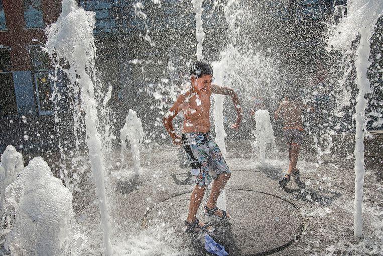 Kinderen hebben de grootste lol met de fontein op het Statenplein in Dordrecht Beeld Guus Dubbelman