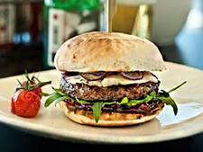 Hamburgertent deelt gratis burgers uit op Coolsingel
