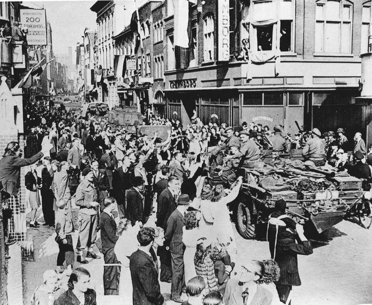 Gejuich door toeschouwers voor de geallieerden tijdens de intocht van de bevrijding van Nederland. Beeld ANP