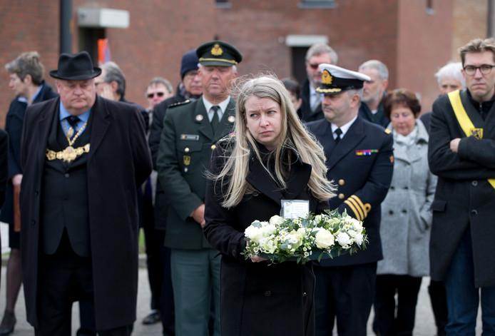 De Britse Kim Spooner (midden) droeg gisteren tijdens een herdenkingsdienst bloemen voor haar oom, die het leven liet tijdens de scheepsramp met de Herald of Free Enterprise op 6 maart 1987.