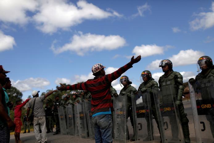 Venezolaanse soldaten blokkeren de grensovergang tussen Venezuela en Brazilië bij Pacaraima, in de noordelijke Braziliaanse deelstaat Roraima.