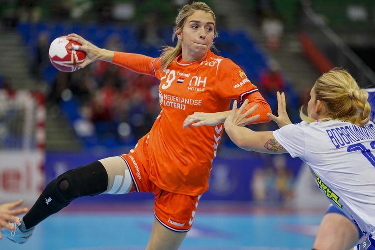 De Nederlandse handbalster Estavana Polman in actie tijdens de halve finale wedstrijd tegen Rusland op het WK handbal.  Beeld ANP