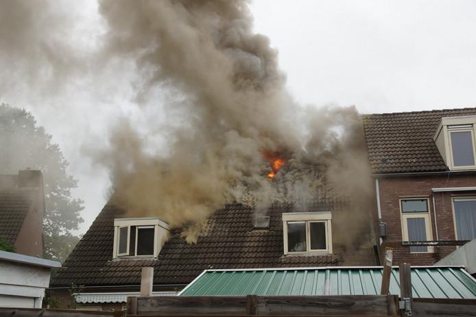 De brand gezien vanaf de achterzijde van de woning.