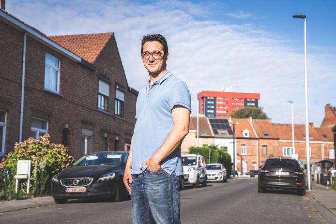 """Robert Boucqué, vader van drie kinderen, woont niet ver van de bekende woontorens. """"Nieuw Gent is zoveel meer dan de blokken alleen"""", zegt hij."""