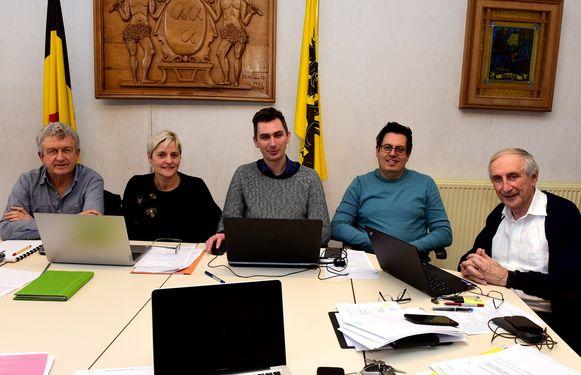 Burgemeester Michel Doomst(rechts)en de schepenen Gunther, Simon, Christa en Jan