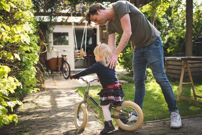 Wietze de Jager in zijn Zwolse achtertuin met dochter Juul Bettie van drie.