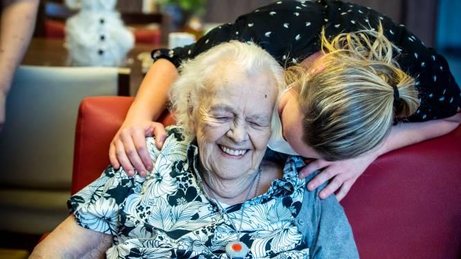 """Mia Gijbels (98) krijgt als eerste Peltse een vaccin: """"Was het dat maar?"""