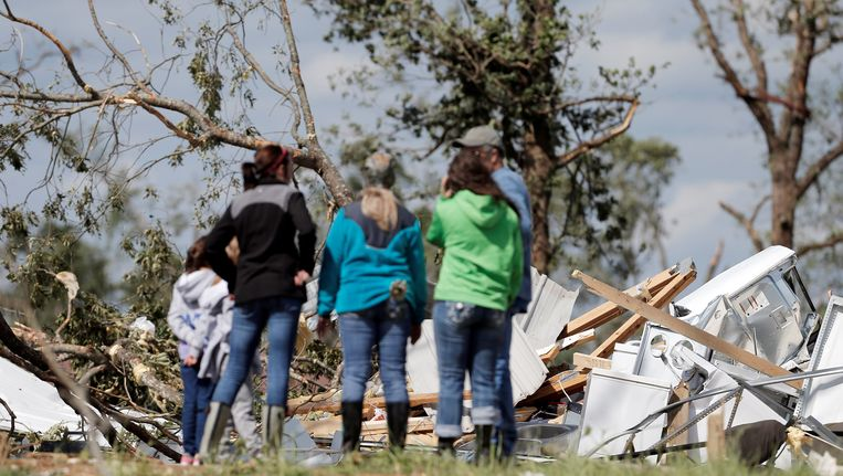 Bewoners meten de schade op in het Texaanse plaatsje Emory
