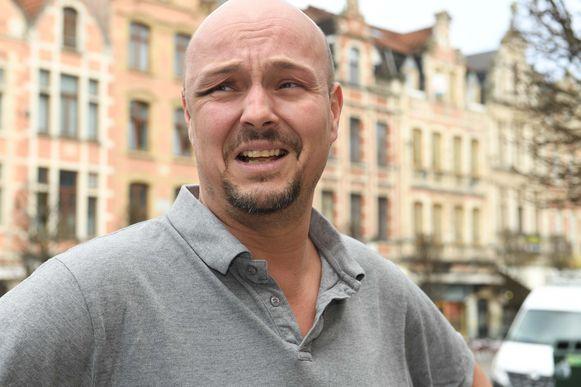 Cafébaas Dike krijgt klappen van vijf jongeren omdat hij 'te gay' is.