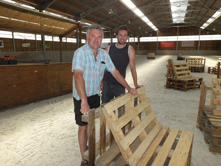 Bernard en Vincent zijn volop bezig met de voorbereiding van Bocage Beach.