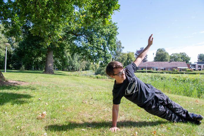 Jonathan van Elburg uit Junne oefent alvast op de plek in Ommen, waar dankzij zijn inspanningen een calisthenicspark komt.