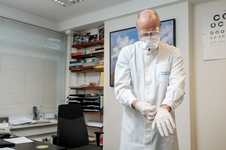 Huisarts Alex Tempelman houdt een speciaal spreekuur voor patiënten met – misschien – Covid-19. Beeld Jakob Van Vliet