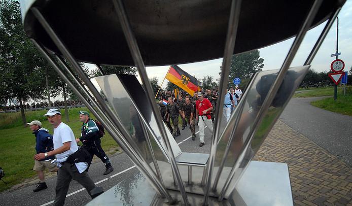 Duitse militairen passeren in Grave een monument dat is geplaatst om alle tijdens de Tweede Wereldoorlog gesneuvelde soldaten te herdenken.