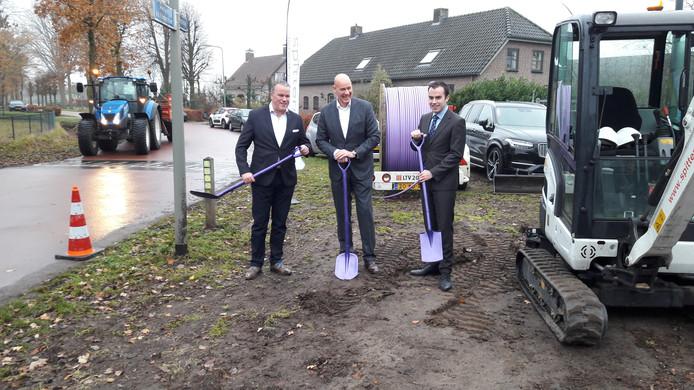 De Osse wethouder Frank den Brok (links) en zijn Bossche collega Mike van der Geld (rechts) hanteren in december 2018  samen met directeur Eric Vos van E-Fiber symbolisch de schop voor de aanleg van het glasvezelnetwerk in Geffen, Nuland en Vinkel.