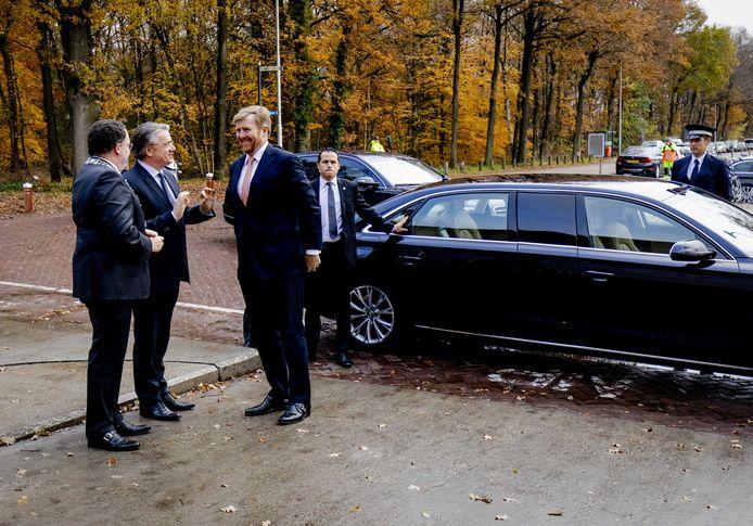 Koning Willem-Alexander komt aan bij het Nationaal Monument Kamp Vught voor de heropening van het herinneringscentrum.