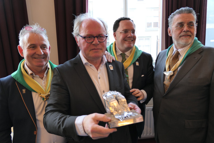 Voorzitter Chris Broekmeulen met de Moeder Truus Poffer. Links Kikvorschen-voorzitter Bertie van den Heuvel, uiterst rechts  Hans Bosmans en naast hem voorzitter Roderick van der Mortel van de dassendragers.