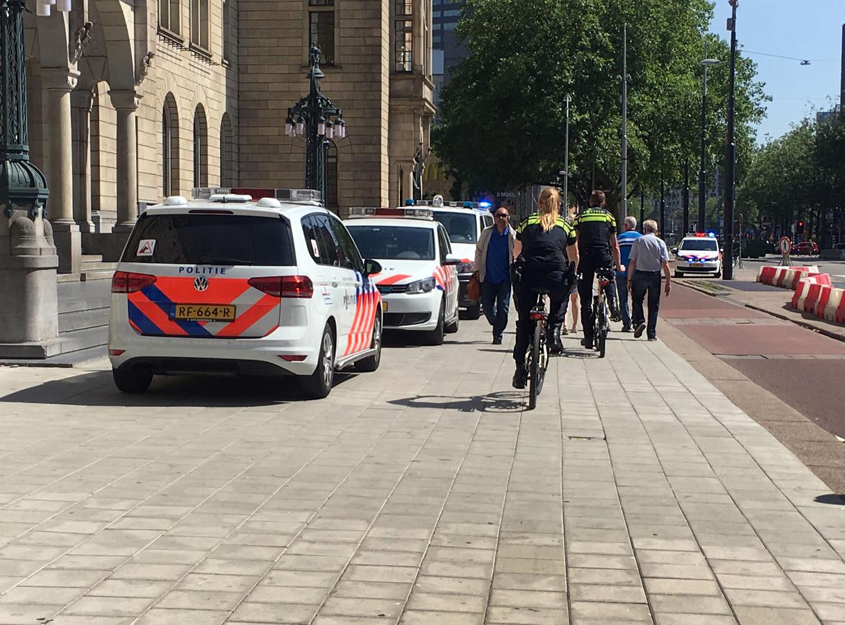 De politie rukte massaal uit na de melding over Angelo M. die met een mes in zijn hand het stadhuis binnenliep in juni 2018. M. raakte gewond tijdens zijn aanhouding.