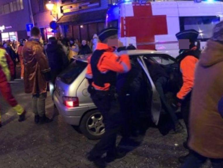 De oudere man was verward en kwam in de stoet licht in aanrijding met carnavalswagen.