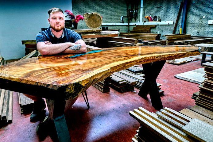 Rick Groenendijk maakt boomstamtafels van bijzondere houtsoorten.