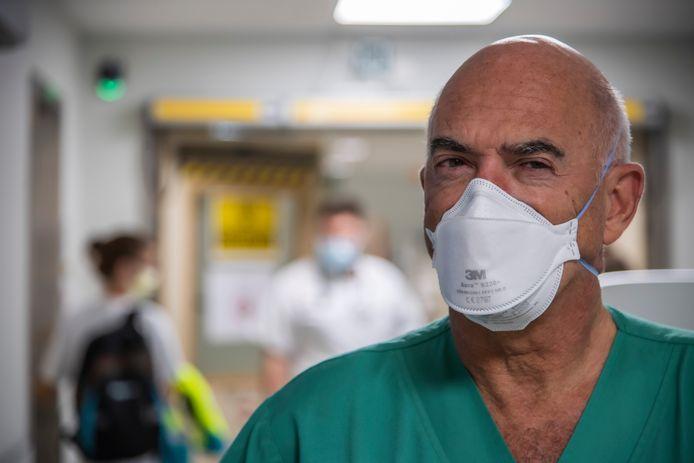 """Spoedarts Ignace Demeyer in het Onze-Lieve-Vrouwziekenhuis van Aalst: """"Mijn medewerkers zijn woest op mensen die zich niet aan de spelregels houden en anderen in gevaar brengen.  'Hoe is het in godsnaam mogelijk dat er idioten zijn die denken dat ze zich alles kunnen permitteren?', hoor ik vaak."""""""