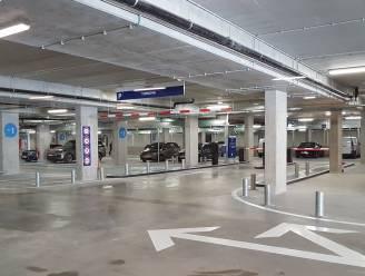 Minderjarige vandalen spuiten tot twee keer toe brandblussers leeg in parking Turnova
