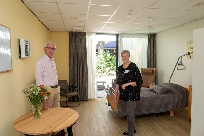 """Leo Eland (links) en Ineke Wiesinga en een van de drie kamers van hospice Casa Vera in Epe. ,,Gasten kunnen het naar eigen smaak inrichten met, bijvoorbeeld, een schilderij."""""""